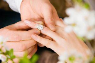صوره صور خواتم خطوبه , يا فرحتك يا عروسة وانتي بتنقي دبلتك