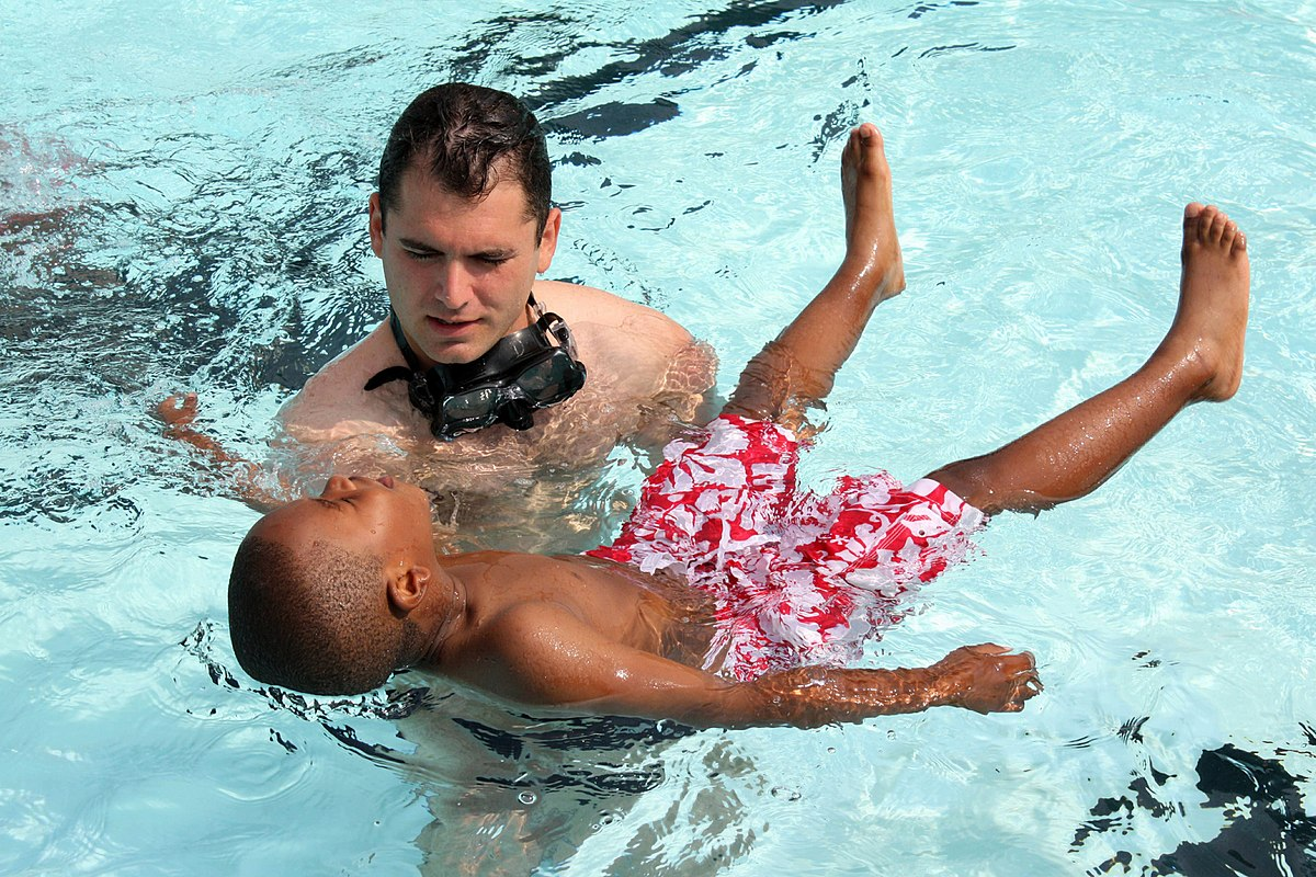 صورة ادوات السباحة للاطفال , كيفيه استخدام ادوات السباحه