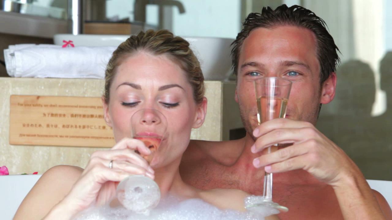 صور الزوجين في الحمام , كيفيه وحكم الاغتسال بين الزوجين
