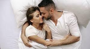 صور احضان ساخنه على السرير , كونى رومانسيه بين احضان زوجك