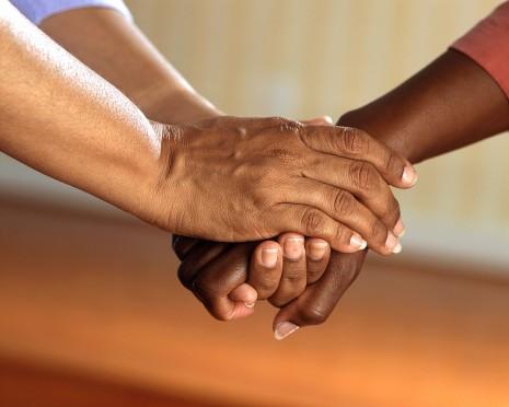 صورة تقبيل يد الميت في المنام , تفسير حلم تقبيل اليد